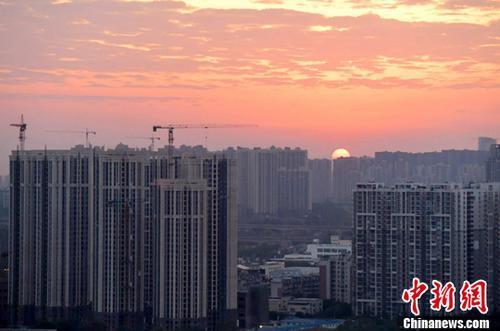 ↑资料图:图为成都城区一角,太阳正从东方升起。