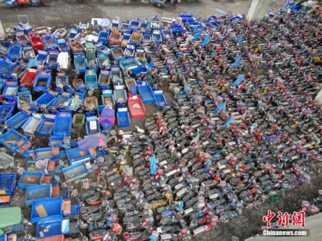 ↑资料图:深圳市查扣的电动三轮车、电动自行车堆积如山。