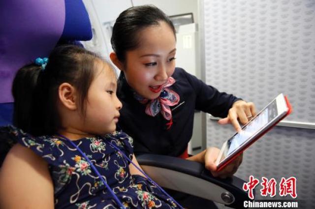 ↑东航宣布放开飞机上手机使用限制。
