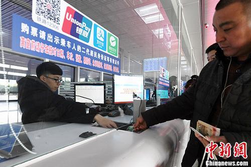 乘客在杭州东站排队买票