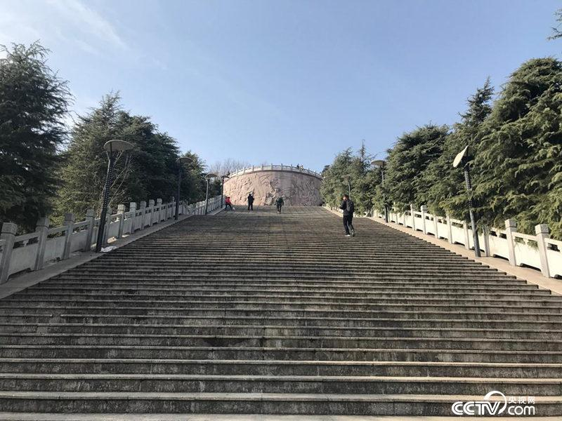 位于老城区核心位置的金寨县革命烈士陵园。(孔华/摄)