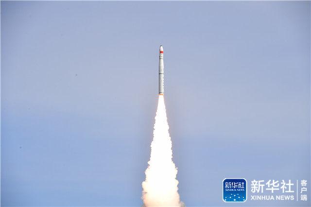 ↑1月19日12时12分,我国在酒泉卫星发射中心用长征十一号运载火箭成功将吉林一号视频07、08星发射升空,卫星进入预定轨道,发射任务获得圆满成功。这是酒泉卫星发射中心执行的第100次航天发射任务。新华社发(杨晓博 摄)