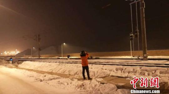 新疆铁路部门巡检设备,确保行车供电安全畅通。 战翔 摄