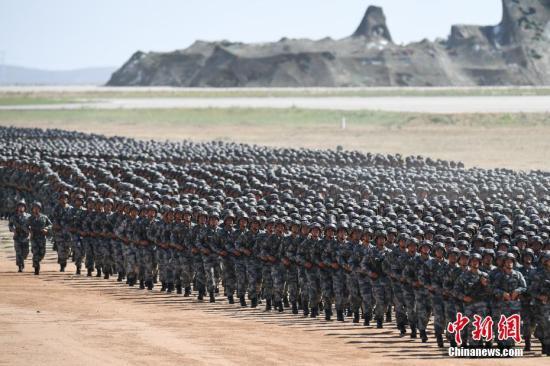 2017年7月30日,庆祝中国人民解放军建军90周年阅兵在位于内蒙古的朱日和训练基地举行。 中新社记者 崔楠 摄