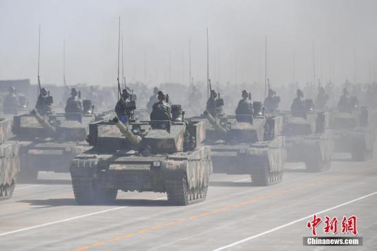2017年7月30日,庆祝中国人民解放军建军90周年阅兵在位于内蒙古的朱日和训练基地举行。图为坦克方队接受检阅。 中新社记者 崔楠 摄