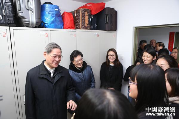 国务院台办主任张志军1月20日下午走访在中国人民大学任教、就读的台湾师生。