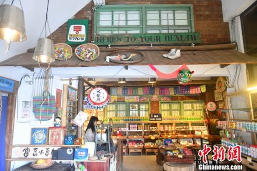 """还原台湾早期杂货铺风貌的""""柑仔店"""",则让人仿佛置身台湾的旧时时光里。吕明 摄"""