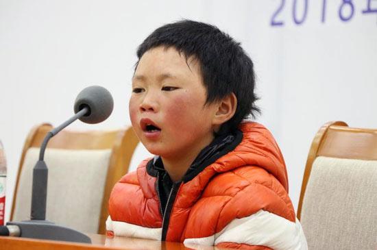 """""""冰花男孩""""王福满在北京接受媒体采访。 (图片来源:视觉中国)"""