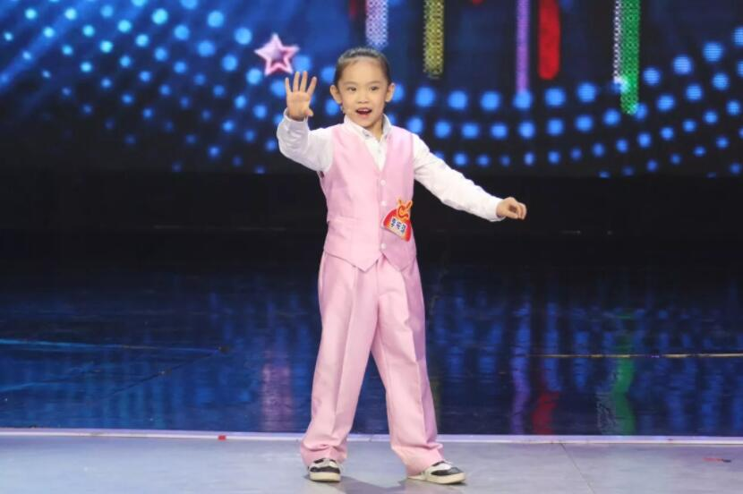 一个7岁小姑娘,为何能像成龙、姚明一样,登上