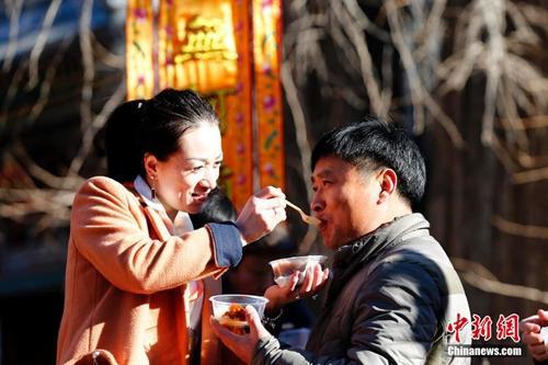 """""""资料图:中国传统节日的腊八节,大批的北京民众赶往1700余年历史的北京京西古刹潭柘寺争喝腊八粥。"""