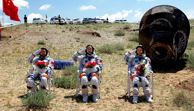 2012年06月29日 景海鹏 刘旺 刘洋 在四子王旗着陆场返回出舱 摄影:杨颖