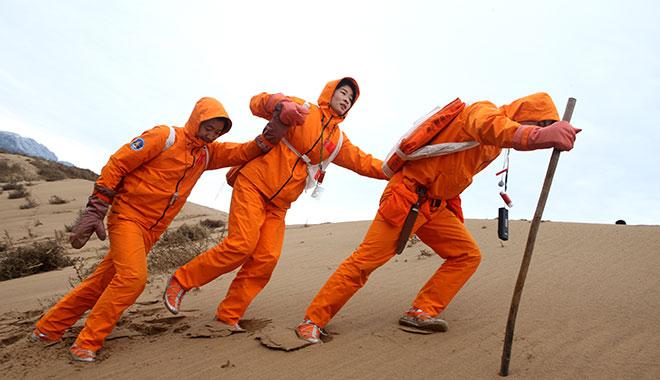 2010年10月20日 刘洋在沙漠进行沙漠生存训练 摄影:朱九通