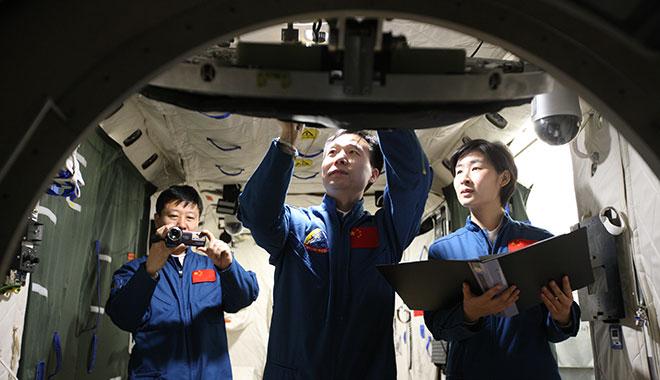 2012年04月07日 景海鹏 刘洋 刘旺 在组合体目标飞行模拟器中进行操作训练 摄影:朱九通