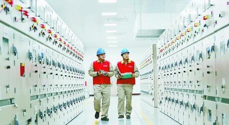 电力人员确保电网安全运行
