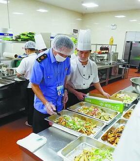 厦门会晤期间,新闻中心食安监管组工作人员检测菜品中心温度