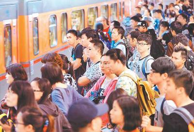 资料图:农历春节期间,台湾的火车站同样人潮汹涌