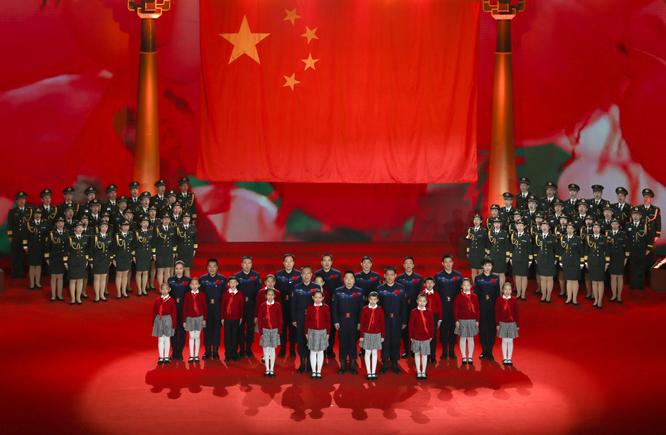 在时代楷模发布仪式现场,航天员与全场观众一起合唱《歌唱祖国》。 王泗江摄