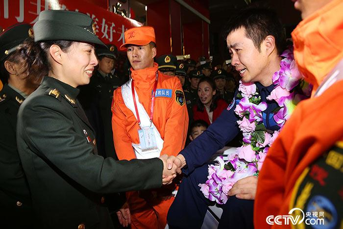 2016年11月18日-神舟十一号航天员陈冬返回航天员公寓后与战友王亚平-握手-摄影:-徐部