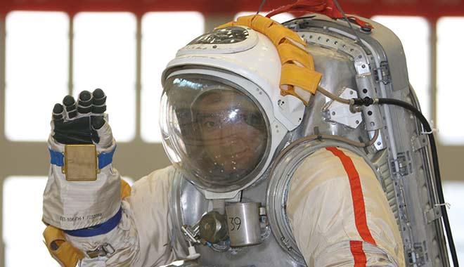 2008年08月07日 翟志刚在进行中性浮力水槽水下操作训练