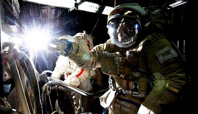 2008年07月04日-翟志刚在低压舱进行出舱程序训练-摄影:朱九通