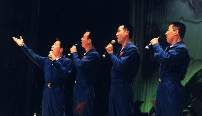 2001年12月 航天员杨利伟 费俊龙 翟志刚  张晓光组成的小合唱组合参加文艺晚会