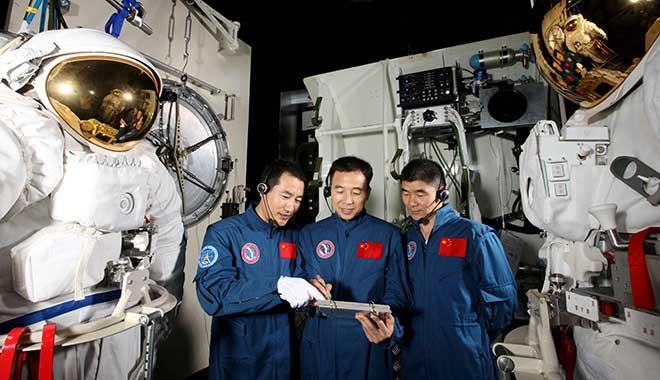 2008年02月16日 景海鹏 翟志刚 刘伯明 在EVA进行舱外服操作训练 摄影:朱九通