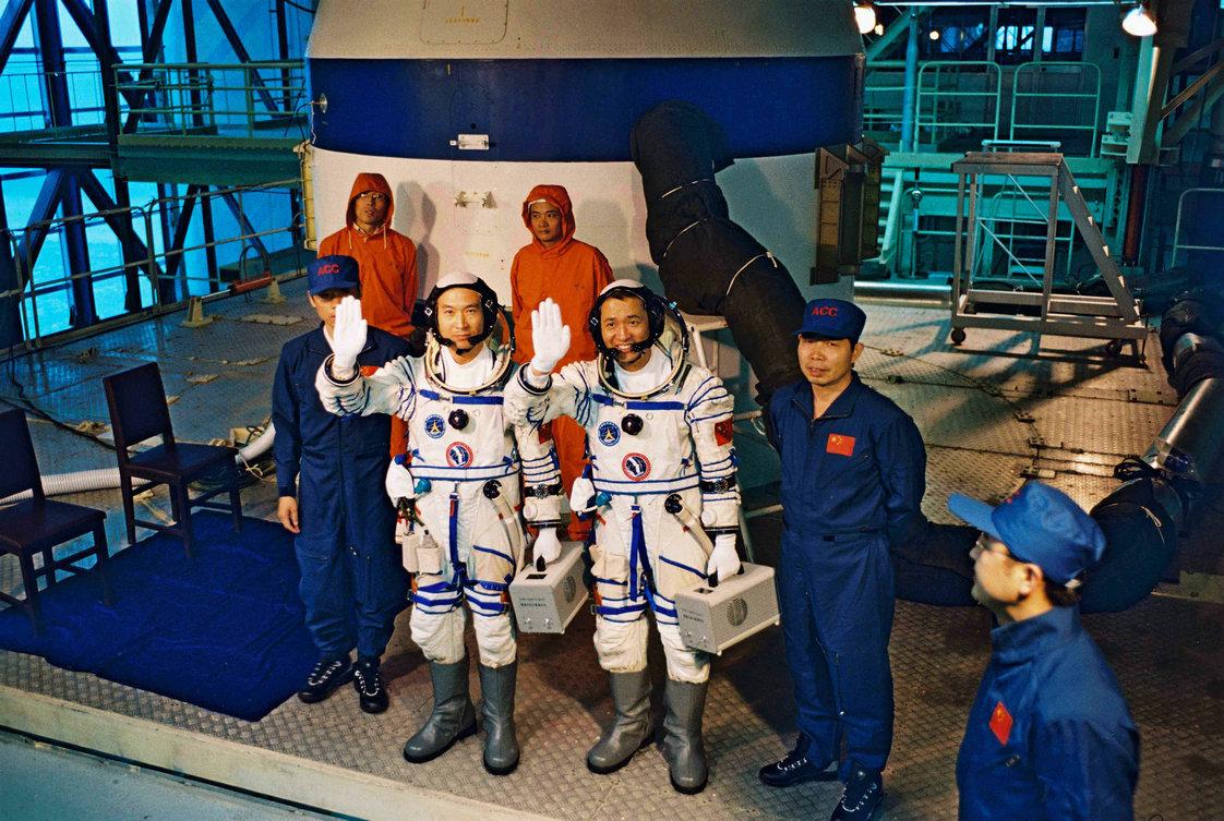 2005年09月22日 费俊龙 聂海胜在酒泉卫星发射中心进行人-船-箭-地合练 摄影:朱九通