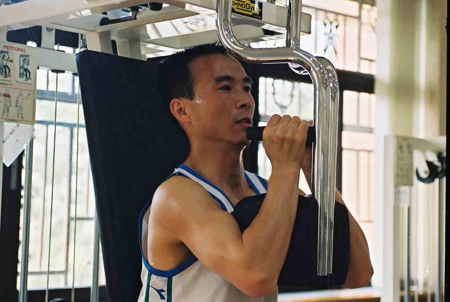 2005月8月 费俊龙在体训馆进行体能训练