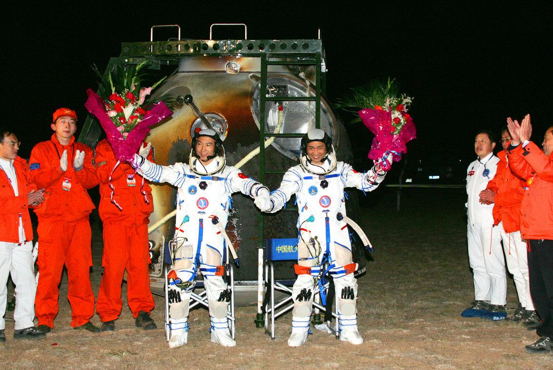 2005年10月17日 费俊龙 聂海胜在四子王旗着陆场返回出舱 摄影:新华社