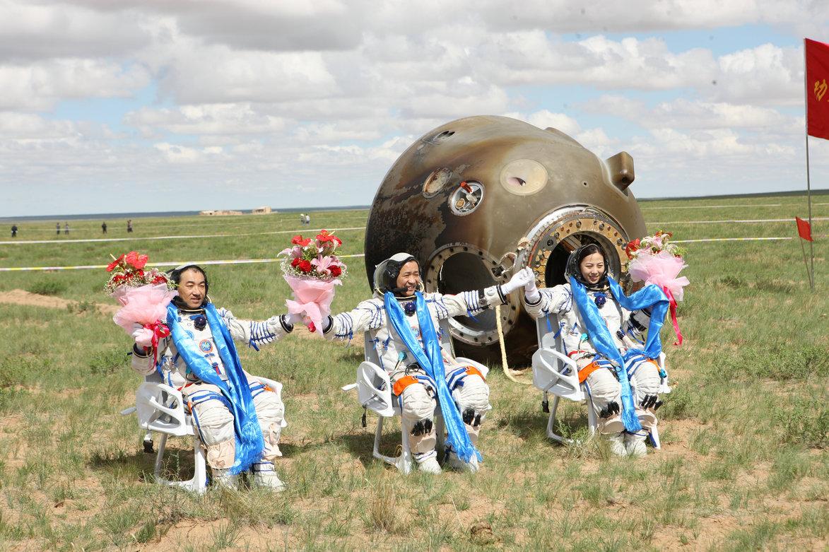 2013年06月26日 聂海胜 张晓光 王亚平 在四子王旗着陆场返回出舱 摄影:徐部