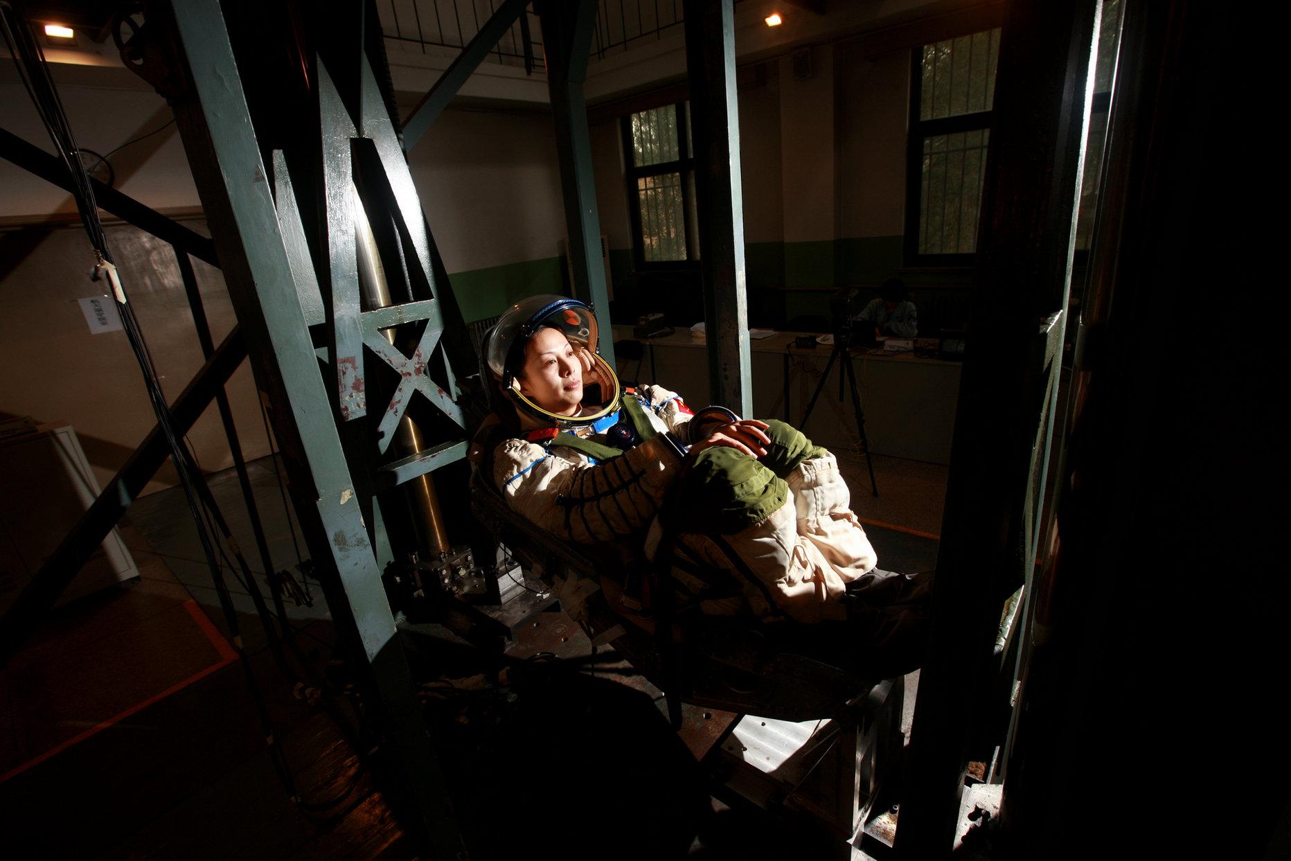 2011年07月22日 王亚平在冲击塔进行冲击训练 摄影:朱九通