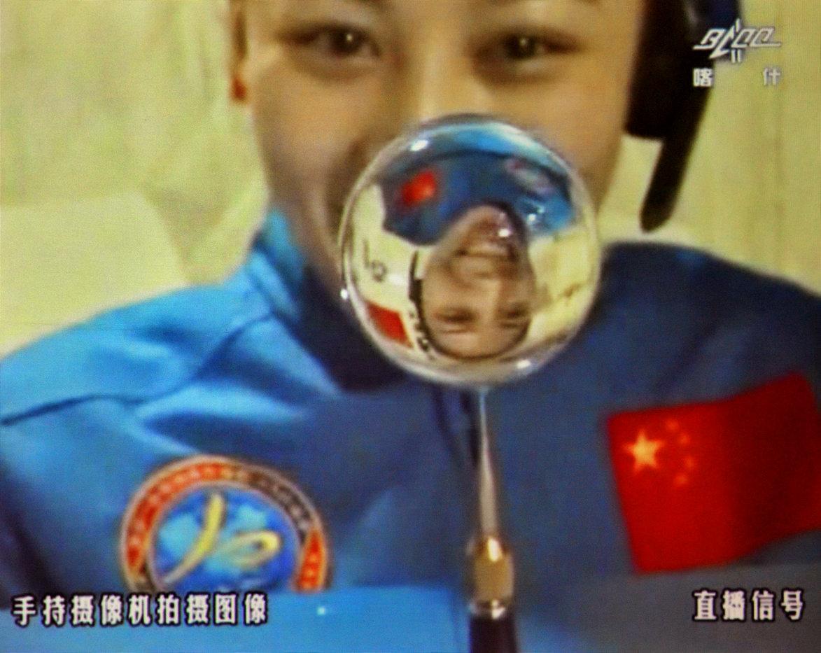2013年06月20日 王亚平在天宫一号组合体中进行太空授课水球实验 摄影:张晓光