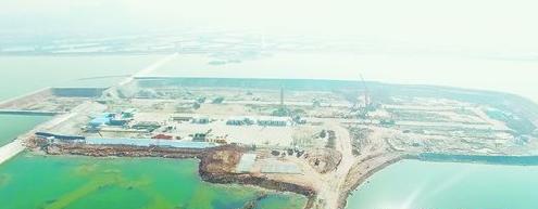 轨道6号线首开段集美岛站正在进行围堰填筑。