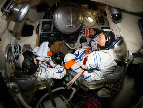 执行神舟九号航天飞行任务的航天员乘组景海鹏、刘旺、刘洋在返回舱进行手控交会对接训练(秦宪安 摄)