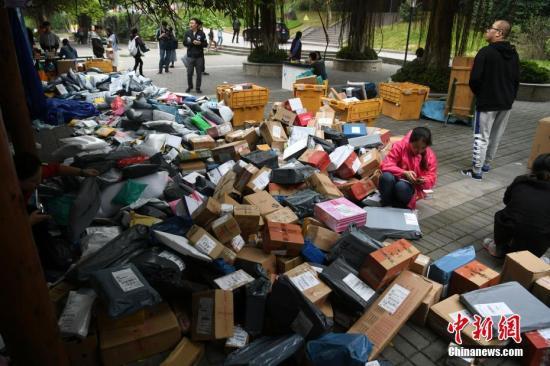 """资料图:随着2017年""""双十一""""的结束,重庆一高校内快递包裹已经开始""""堆积如山""""。 陈超 摄"""