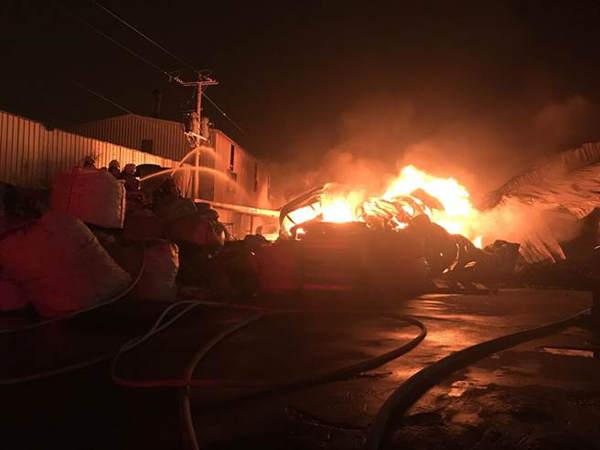 台湾桃园芦竹区发生铁皮屋火警,消防人员极力抢救。