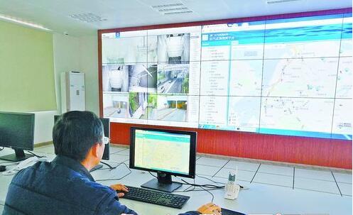 工作人员在操作防汛可视化应急指挥平台。