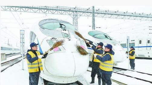 日前北方及江淮地区遭遇大雪天气,导致部分区段的动车组列车停运。(新华社发)