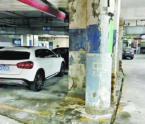 停车场石柱掉漆严重