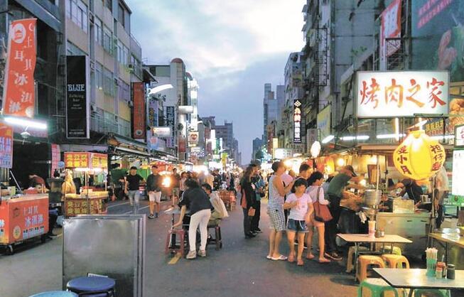 雄六合夜巿因为大陆游客减少,人潮比以往差很多。