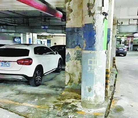 停车场石柱掉漆严重。