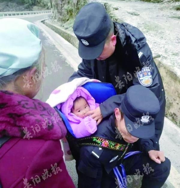 2岁留守女童高烧不退 民警背她走10公里冰路就医