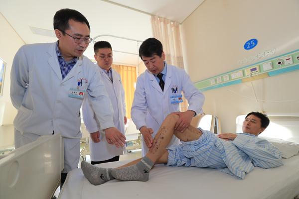 骨科专家阮狄克为胡先生进行出院前查体