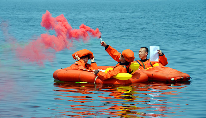 2017年08月17日-邓清明等航天员在烟台进行海上救生训练-摄影:朱九通-(1)