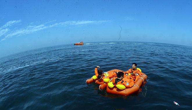 2017年08月17日 邓清明等航天员在烟台进行海上救生训练 摄影:朱九通