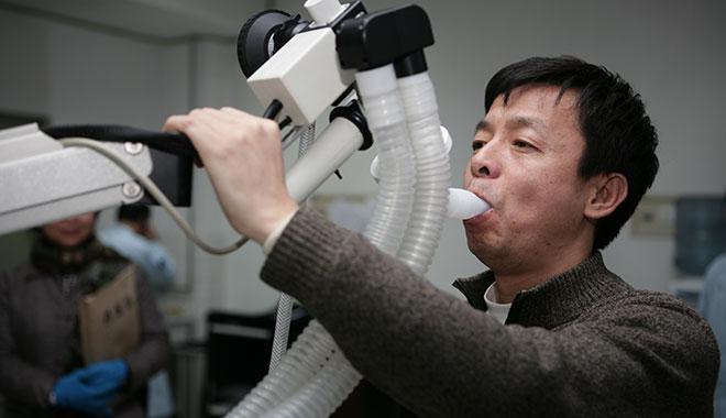 2006年12月11日 邓清明进行肺功能检测