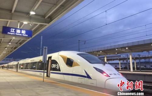 资料图:一列西成高铁动车组停靠站台。 吴正琪 摄