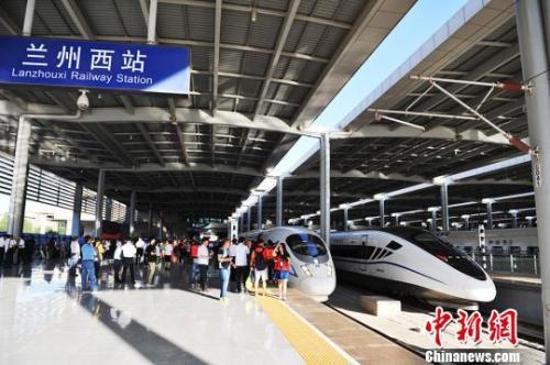 资料图:宝兰高铁首趟G2028次列车,将奔向1500余公里外的五省通衢之城江苏徐州市。 杨艳敏 摄