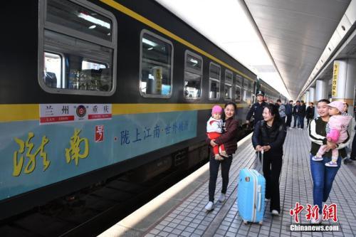 资料图:去年9月29日,兰州开往重庆的首发列车K4518车次出发,标志着历时9年建设的兰渝铁路全线开通运营。杨艳敏 摄