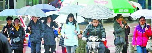 昨日厦门继续低温阴雨天气,图为昨日下午雨中行人。